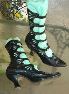 Amazing Victorian Heel Open Boot ~ These heels look a bit TALL for the period, so they MAY be a reproduction of some king Edwardian Shoes, Victorian Shoes, Edwardian Fashion, Vintage Fashion, Edwardian Era, Victorian Era, Vintage Outfits, Vintage Boots, Pretty Shoes