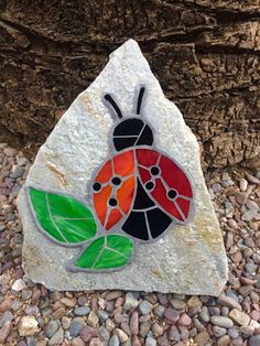 Stain glass on rock mosaic Tile Crafts, Mosaic Crafts, Mosaic Projects, Stained Glass Projects, Stained Glass Patterns, Mosaic Patterns, Stained Glass Art, Cd Crafts, Mosaic Birdbath