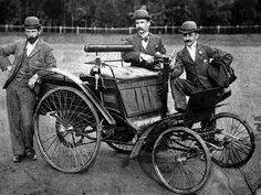 La Benz Velo fut produite de 1894 à 1900 en 3 motorisations de 1L présentant des puissances de 1.5ch à 3ch, cette voiture Benz Velo a été produite en 380 exemplaires, mesure 1.25 mètres de large, 2.25 mètres de long, et a un empattement de 1.34 mètres.