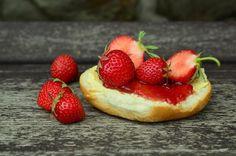 """Sezóna jahod vrcholí! Máte letos velkou úrodu a už nevíte, jak jahody zpracovat? Udělejte si na zimu zásobu domácí jahodové marmelády, ať nemusíte kupovat jahody, které chutnají tak trochu jako umělá hmota či přeslazený džem s obsahem """"éček"""". Příprava je jednoduchá a kromě jahod potřebujete jen 3 další přísady."""