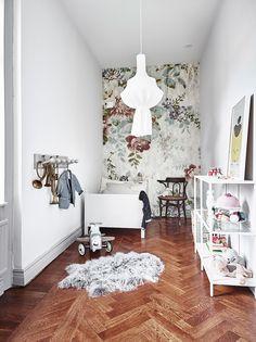 Chambre d'enfant bucolique et son papier peint fleuri