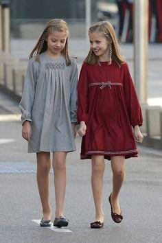 Las niñas, que iban peinadas igual, llevaban vestidos similares en diferentes tonos. La Princesa de Asturias, en granate y con bailarinas del mismo color de 'Pretty Ballerinas,' y la infanta Sofía, en gris y también con bailarinas de la misma firma | Por 1ra vez desde la Proclamación, el Rey vuelve a las Cortes Generales acompañado de la Reina, de la Princesa de Asturias y de la infanta Sofía, para dar inicio a la Apertura Solemne de la XII Legislatura