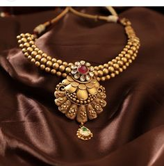 Matte gold set by Manubhai Jewellers Gold Jewelry Simple, Golden Jewelry, Gold Jewellery, Jewellery Earrings, Bridal Jewellery, Wedding Jewelry, Oxidised Jewellery, Temple Jewellery, Bridal Jewelry Sets