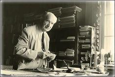 """""""La angustia es la disposición fundamental que nos coloca ante la nada."""" Heidegger"""