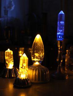 淡く星の色に灯るライトは、星々の混じった透明な宇宙の水を、硝子の中に入れたもの。ユラユラと光りが煌めくのは、どうやら硝子の大気が星の光を揺らめかせているよう。使用デブリ:古い碍子、古い燭台、古い真空管(原型に使用)ほか使用部品: エポキシ樹脂(レジン)  ゼリーモールド シャンデリア電球(原型に使用) 水晶柱(原型に使用) LEDライトなど