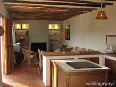 Esta #CasaRural se encuentra situada en la #campiña andaluza, cerca de #ManchaReal, ofreciendo una magnífica terraza privada y una piscina al aire libre y con vistas a la montaña, ubicada junto al Parque Natural de #SierraMagina