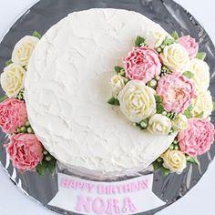 Roses x peonies .  .  .  .  .  .    #buttercream #buttercreamcake #cakestagram #instacake #lilbitesid #ciakholiao #flowercake #foodphotography #food52 #f52grams #birthdaycake #foodgawker #buzzfeast #eeeeeats #eatandtreats #sgbakes #goodeats #homebaked #huffposttaste #hidupuntukmakan #makanmana #nomnom #vscocam #bonappetit #wiltoncakes #yahoofood #onthetable #cakedecorating #wtfoodies #thekitchn