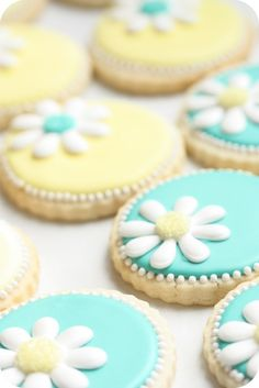 {Video} How to Make Daisy Cookies (with a little help from a KopyKake projector) | Sweetopia