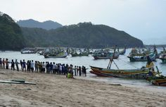 Simon Anon Satria: Gotong Royong adalah salah satu budaya luhur bangsa Indonesia, Para Nelayan saling bahu membahu bergotong royong untuk menarik kapal yang pecah karena terhempas badai. Lokasi: Pantai Tanjung Papuma - Jember, Jawa Timur.