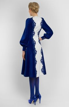 Combined blue and white velvet long-sleeve dress with handmade lace finish. Round collar. Without pockets. Hidden back zip closure.