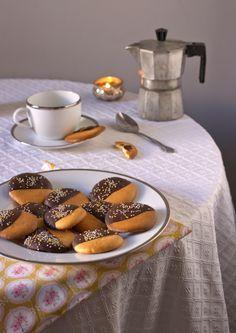 bizco-galletas de naranja con cobertura de chocolate negro, sin azúcar! Cookies, Coffee, Desserts, Chocolate Frosting, Product Photography, Productivity, Cornstarch Cookies, Orange Cookies, Gluten Free Desserts