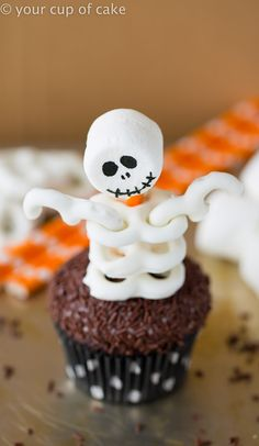 Adorably Spooky Skeleton Cupcakes ★ Want to bake Halloween cupcakes for kids? Here you will find the most creative recipes and decoration ideas to cook for Halloween, from cute yet spooky pumpkin cupcakes to scary and creepy witch finger cookies. Halloween Desserts, Halloween Treats To Make, Halloween Pretzels, Halloween Cupcakes Decoration, Easy Halloween Cakes, Hallowen Treats, Marshmallow Halloween, Halloween Cupcakes Easy, Healthy Halloween