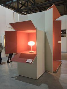 Scénographie du stand Fontana Arte http://www.madeindesign.com/b-fontana-arte.html