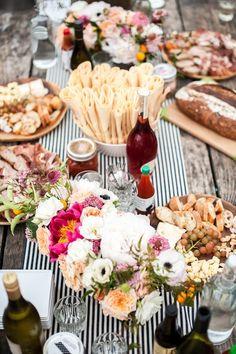 Mesa de verano, flores, pan, quesos...