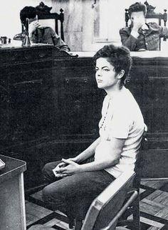 Dilma sendo julgada por crimes contra a nação.