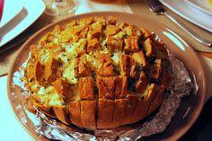 Tapas na Língua: Pão aos Retalhos Recheado com Queijo e Alho :: Cheesey Garlic Pull Apart Bread