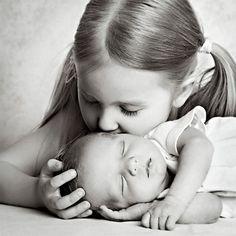 Fantastic shot for the preschooler & newborn / new baby. Newborn Sibling Pictures, Newborn Baby Photos, Foto Newborn, Newborn Shoot, Sister Pictures, Baby Pictures, Foto 3d, Newborn Photography Poses, Foto Baby