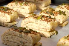 Så er de hjemmebagte grovbirkes klar til hævning. Læg mærke til hvordan de er foldet sammen og drysset med græskarkerner og hørfrø. Efter hævning skal de bages i cirka 12 minutter. Foto: Madensverden.dk. Bread Bun, Bread N Butter, Dough Recipe, Bread Baking, Bread Recipes, Lunch Box, Snacks, Meat, Chicken
