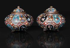 A pair of cloisonné cover boxes with flower decoration Japan, around 1900 (Meiji-period 1868-1912). Polychrome cloisonne on a copper-body. H. of each 9 cm.