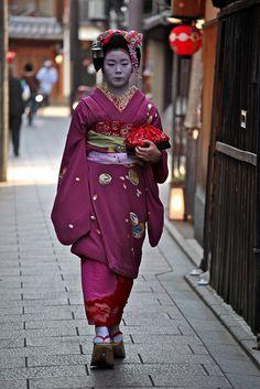 Ichitomi (now geiko) as minarai of Gion Kobu