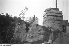 """St. Nazaire, Zerstörer """"HMS Campbeltown"""" The Campbeltown wedged into the dock gates, showing signs of the damage sustained in the battle."""