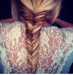 Η πλεξίδα ψαροκόκαλο παραμένει top trend στα μαλλιά και μας εξυπηρετεί ωστέ να δείχνουμε απόλυτα stylish ακόμη και αν αντιμετωπίζουμε το υπέρτατο bad hair day!