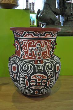... comprar artesanato indígena. / ... buying native's handicraft. #belem #brazil #tapportugal