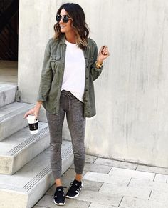 Joggers outfit, athleisure outfits, leggings at work, comfy legging outfits, comf Comfy Legging Outfits, Grey Leggings Outfit, Jogger Outfit, Leggings Fashion, Grey Jeans Outfit, Comfy Work Outfit, Black Leggings, Leggings At Work, Leggings Mode