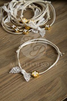 Μένη Ρογκότη - Μαρτυρικά βραχιόλια για βάπτιση με κερωμένο κορδόνι, σταυρουδάκι χρυσό - λευκό και δαντέλα Christening Themes, Christening Party, Baptism Candle, Baptism Favors, Handmade Rakhi Designs, Teddy Bear Party, Baby Boy Baptism, Wedding Preparation, Artisan Jewelry