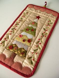Small Christmas quilt via Patchwork Pottery Small Quilts, Mini Quilts, Christmas Patchwork, Christmas Applique, Christmas Fabric, Quilted Table Runners, Patchwork Quilting, Quilted Wall Hangings, Quilt Blocks