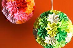 Há objectos que nos transmitem paz, serenidade, e ao mesmo tempo alegria. Foi isso que senti quando vi as fotografias dos Kusudamas (as bolas coloridas) no blog da Rita Vaz dedicado ao Origami... e é a minha escolha para esta semana.  A Rita fez uma montagem fotográfica com várias sugestões de peças de origami para uma festa de casamento - desde a decoração da sala à decoração de mesas e lembranças para os convidados.