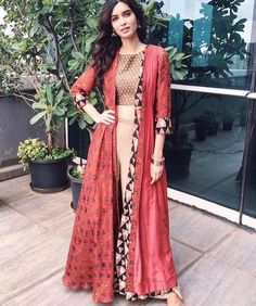 Diana Penty [Diana Penty looking gorgeous in this indo western dress.just loved the colors and everything'bout this dress] Indian Attire, Indian Wear, Indian Outfits, Estilo India, Collection Eid, Party Kleidung, Desi Clothes, Outfit Trends, Indian Couture