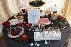 Matrimonio che presenta come tema il colore nero e delle composizioni di fiori color rosso.
