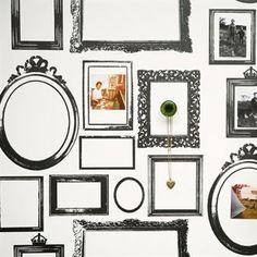 Die Familien Tapete von Lisa Bengtsson können Sie zwar fertig bei uns kaufen, Sie haben dann aber trotzdem noch genügend Spielraum zum Individualisieren. Diese ausgefallene Tapete aus Schweden bietet Platz für persönliche Erinnerungen wie Fotos, Postkarten, Notizen und Fundstücke. Trotzdem sieht alles aufgeräumt und