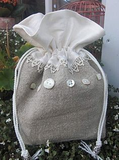 Silk and Linen Drawstring Bag TUTORIAL. make one and embellished with buttons Fabric Gifts, Fabric Bags, Notions De Couture, Drawstring Bag Tutorials, Diy Bags Purses, Diy Couture, Linens And Lace, Love Sewing, Little Bag