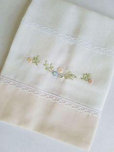 Fralda de boca (Cremer Luxo Dupla), tamanho 31x31cm bordada à mão com barrado em tecido de algodão (fustão) e acabamento em renda. Lindo e delicado para compor o enxoval. Ótimo presente para maternidade e chá de bebê. Cushion Embroidery, Towel Embroidery, Embroidery Applique, Embroidery Stitches, Embroidery Patterns, Baby Sheets, Baby Bedding Sets, Newborn Fashion, Crochet Flower Tutorial