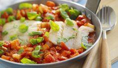 En tomatgryte med sei og ferske grønnsaker er vanskelig å motstå. Servert med pasta er det en enkel og mettende rett.