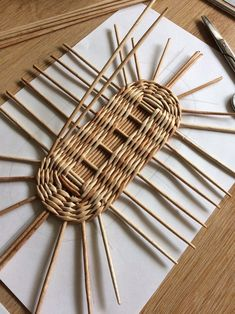 ~ Pin on Körper Flechten ~ This Pin was discovered by Zikinu. Bamboo Weaving, Willow Weaving, Weaving Art, Loom Weaving, Paper Basket Weaving, Basket Weaving Patterns, Newspaper Basket, Newspaper Crafts, Rope Crafts