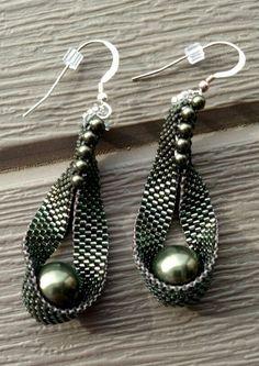 beaded earrings making Seed Bead Jewelry, Bead Jewellery, Seed Bead Earrings, Beaded Earrings, Beaded Bracelets, Hoop Earrings, Earring Tutorial, Beaded Jewelry Patterns, Bead Earrings