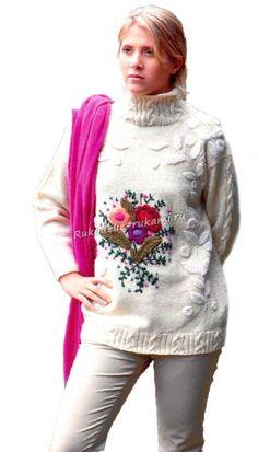 Женский пуловер с вышитыми цветами спицами