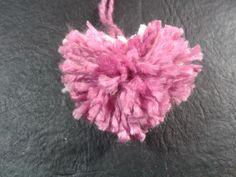 Como hacer un pompon con forma de corazon