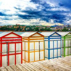 BLAU, GROC, VERD I VERMELL...són els colors vius de la Platja de Sant Pol, S'Agaró. @Gemma Edwards