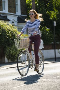 The Girls Bicycle Handbook is a cycling book for women. It gives cycling advice on topics such as; Cycling safety, buying a bike, cycling to work, cycling in style and cycling for fun. Cycle Chic, Bicycle Women, Bicycle Girl, Cycling Girls, Cycling Gear, Cycling Jerseys, Urban Bike, Urban Cycling, Female Cyclist