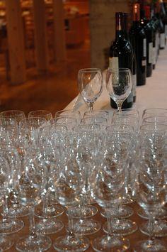 第1回 エズのワイン祭 30種のワインに合わせてグラスの数もたくさん。