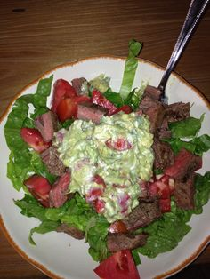 Beef fajita salad with tomatoes and guacamole