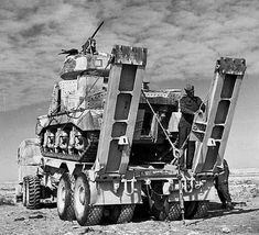 Royal Electrical and Mechanical Engineers securing a Grant tank onto a Scammell tank transporter Ww2 Weapons, Old Lorries, British Armed Forces, Afrika Korps, Ww2 Tanks, Military Equipment, Mechanical Engineering, North Africa, World War Ii