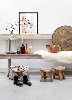 Koperen schaal met wit en houttinten | Bekijk tips op http://www.jouwwoonidee.nl/koperen-accessoires/