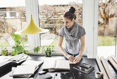 Lo Smart Working, lavoro dipendente fuori ufficio, è l'ideale per bilanciare vita privata e lavoro. E fa contente le aziende visto che i dipendenti fuori ufficio sono più produttivi del 35-40%, più soddisfatti e meno assenteisti (del 63%) rispetto ai colleghi in sede. Ecco cosa dice un nuovo disegno di legge e 6 di voi che lo hanno provato