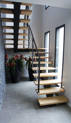 Escalier 2/4 tournant, avec limon central et marches en chêne. Brescia vient s'installer dans ce petit espace en toute légèreté.