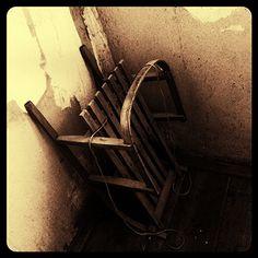 Porzucone sanki w carskim budynku, w sieni obok wejscia na strych...